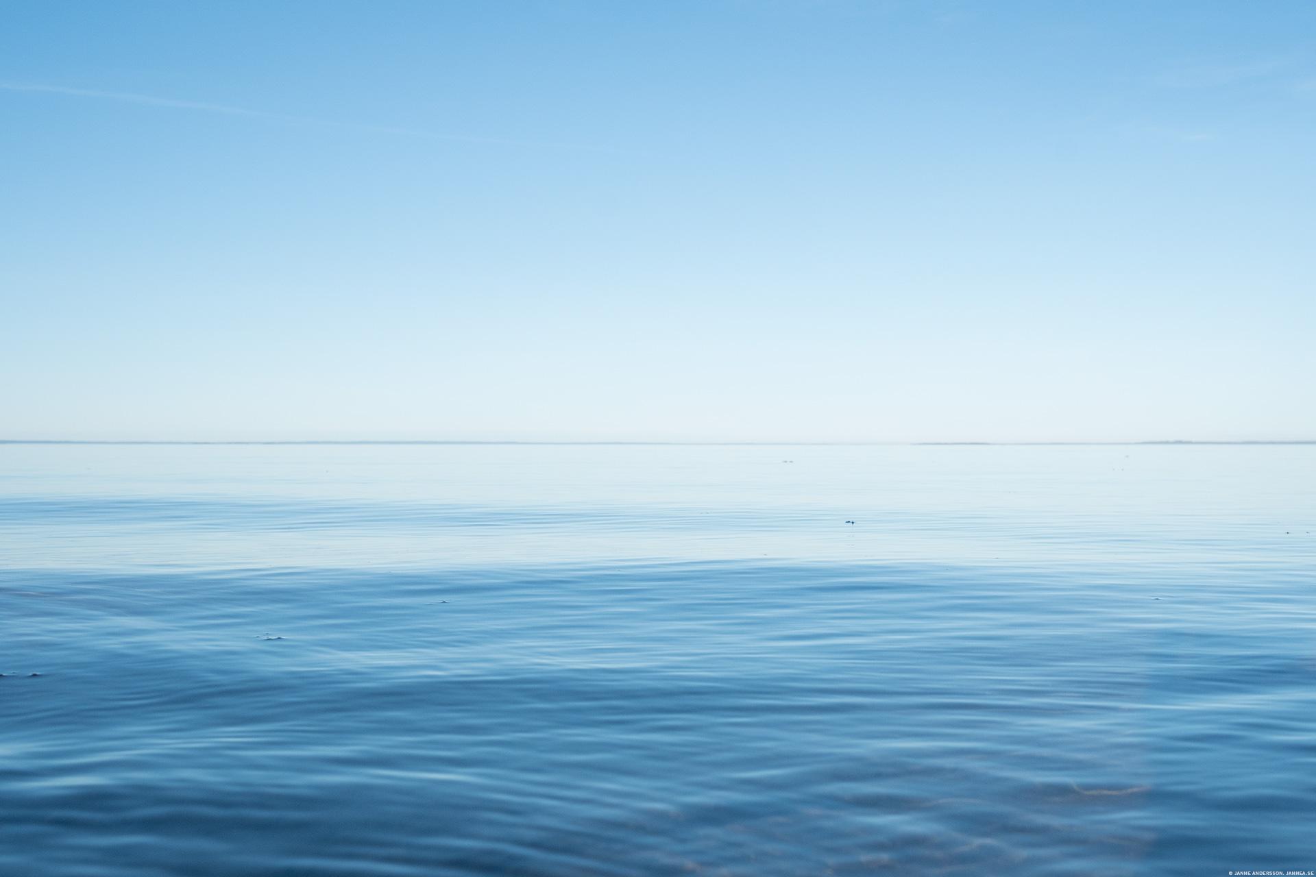 Vätterns vida vatten och klarblå himmel | © Janne A