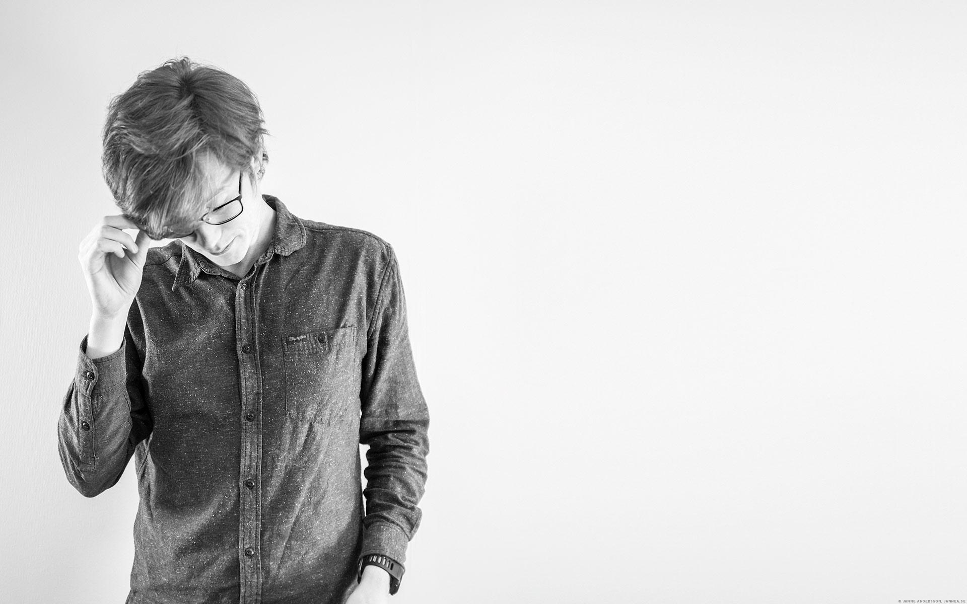 Wiktor på jobbet i svartvitt |© Janne A