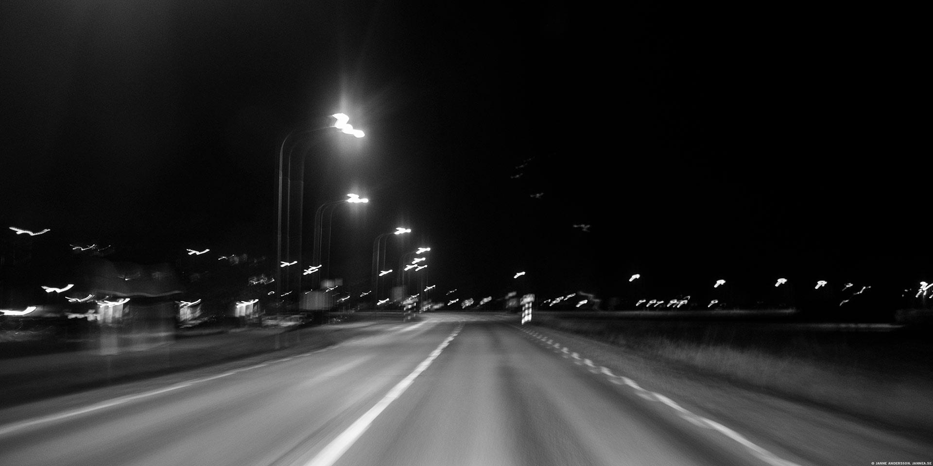 Vinterdäck och en mörk väg | © Janne A
