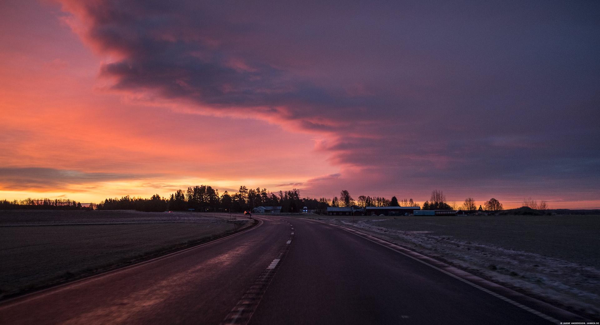 En färgglad morgonhimmel på väg till jobbet | © Janne A