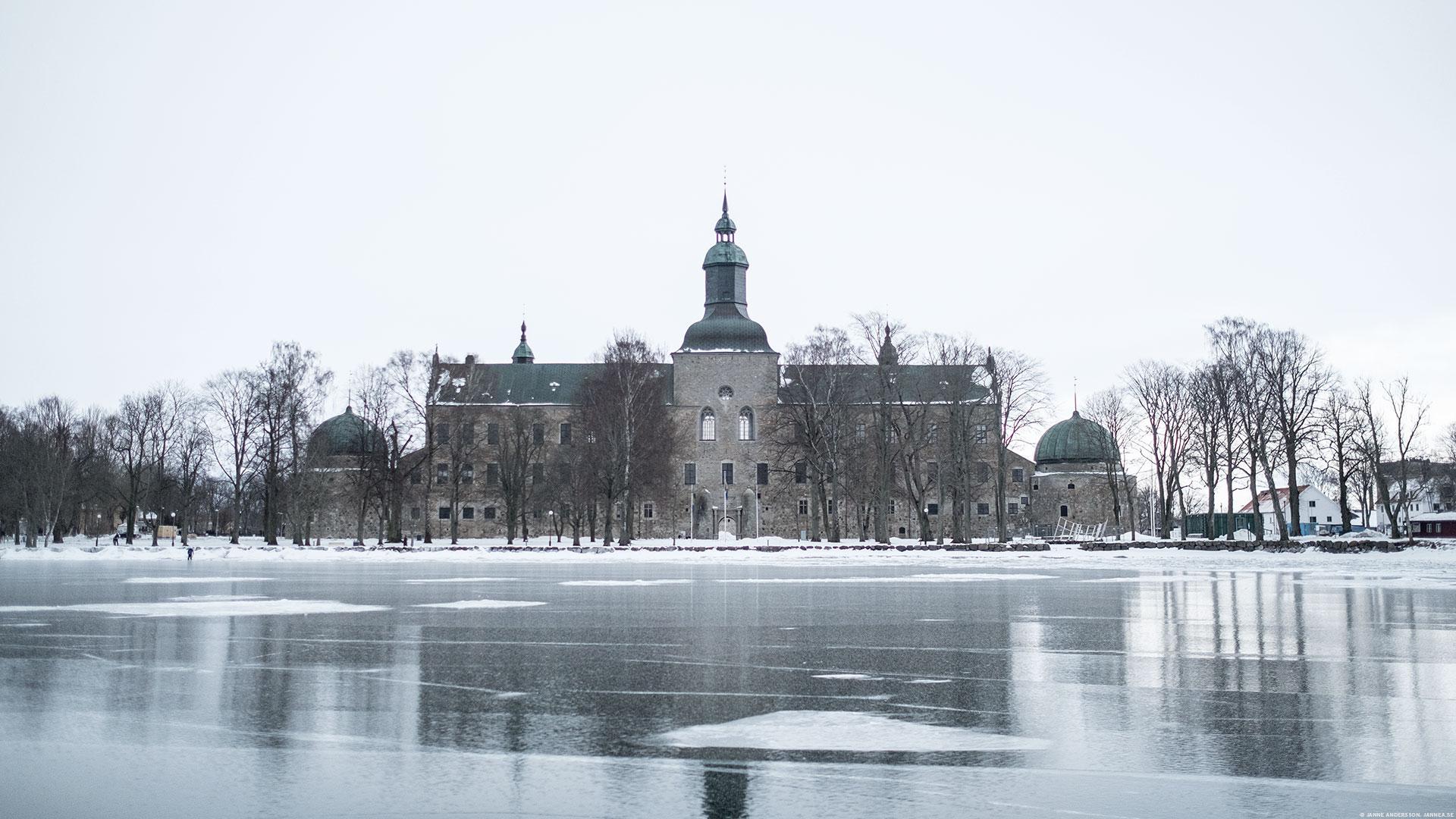Vadstena Slott och istäckt Vättern  ©Janne A