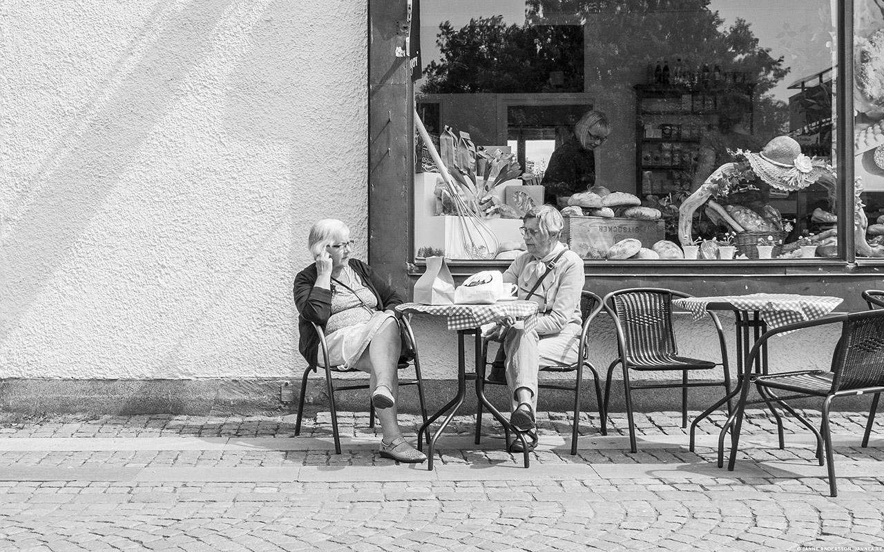 Tanter vid kafeet | © Janne A