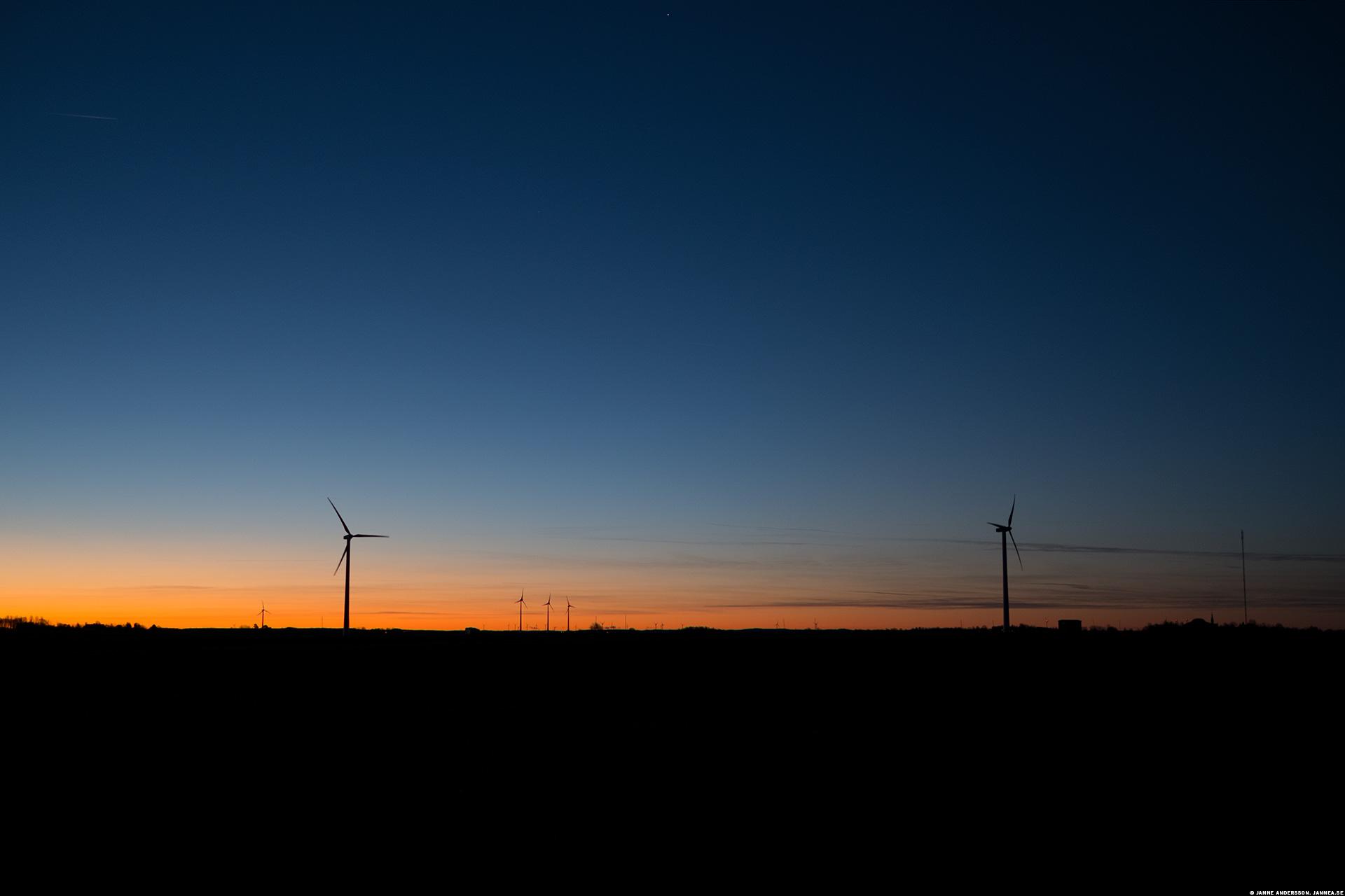 Snygg morgon och vindsnurror på slätten|© Janne A
