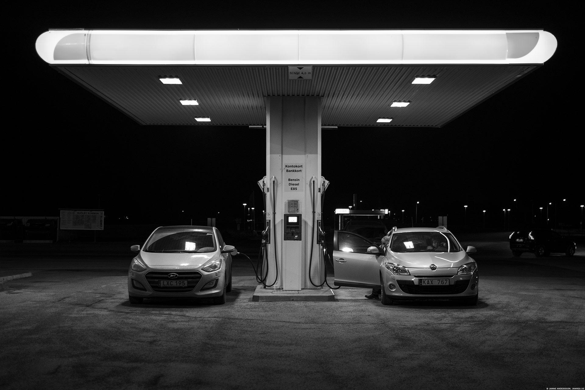 Två bilar på ett tankställe |©Janne A