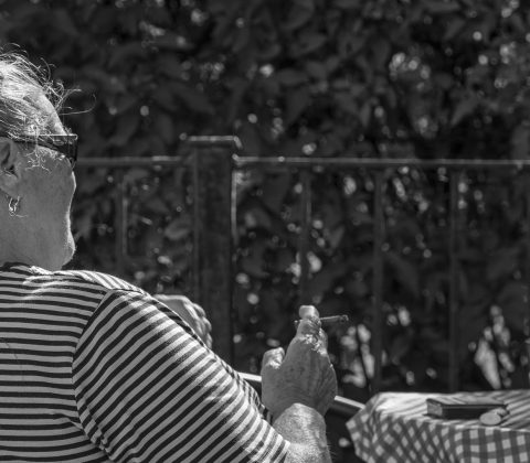 En tant sitter och röker cigarill  © Janne A