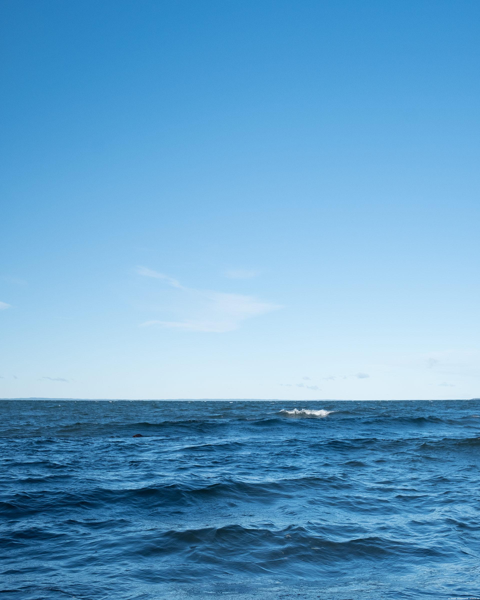 En blåsig sjö och blå himmel ©Janne A