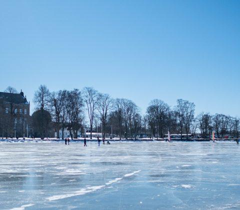 Slottet, is och folk med skridskor. Vadstena 2018 |© Janne A