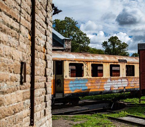 En gammal vagn nere på järnvägsområdet |© Janne A