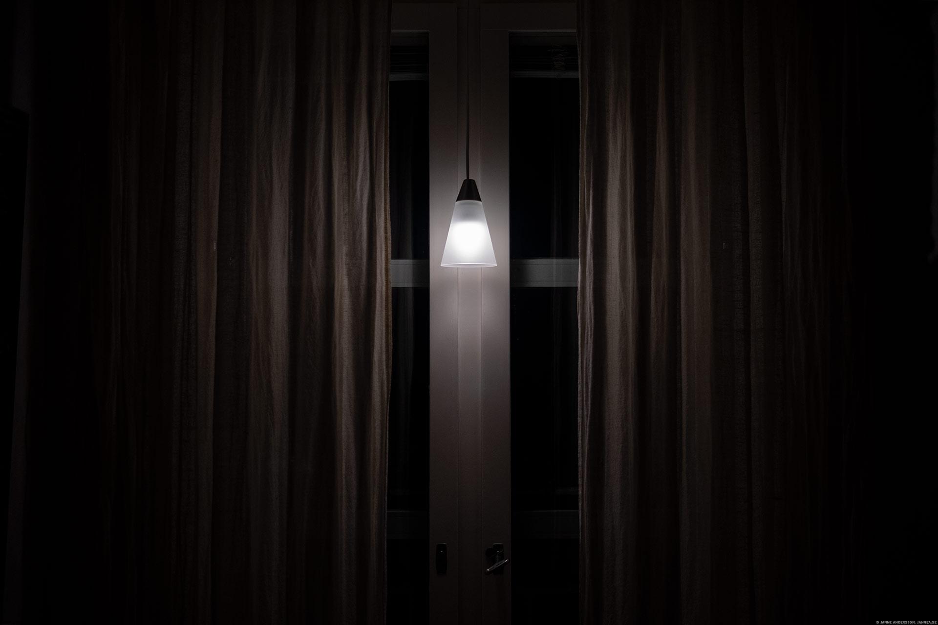 En lampa i ett fönster | ©Janne A