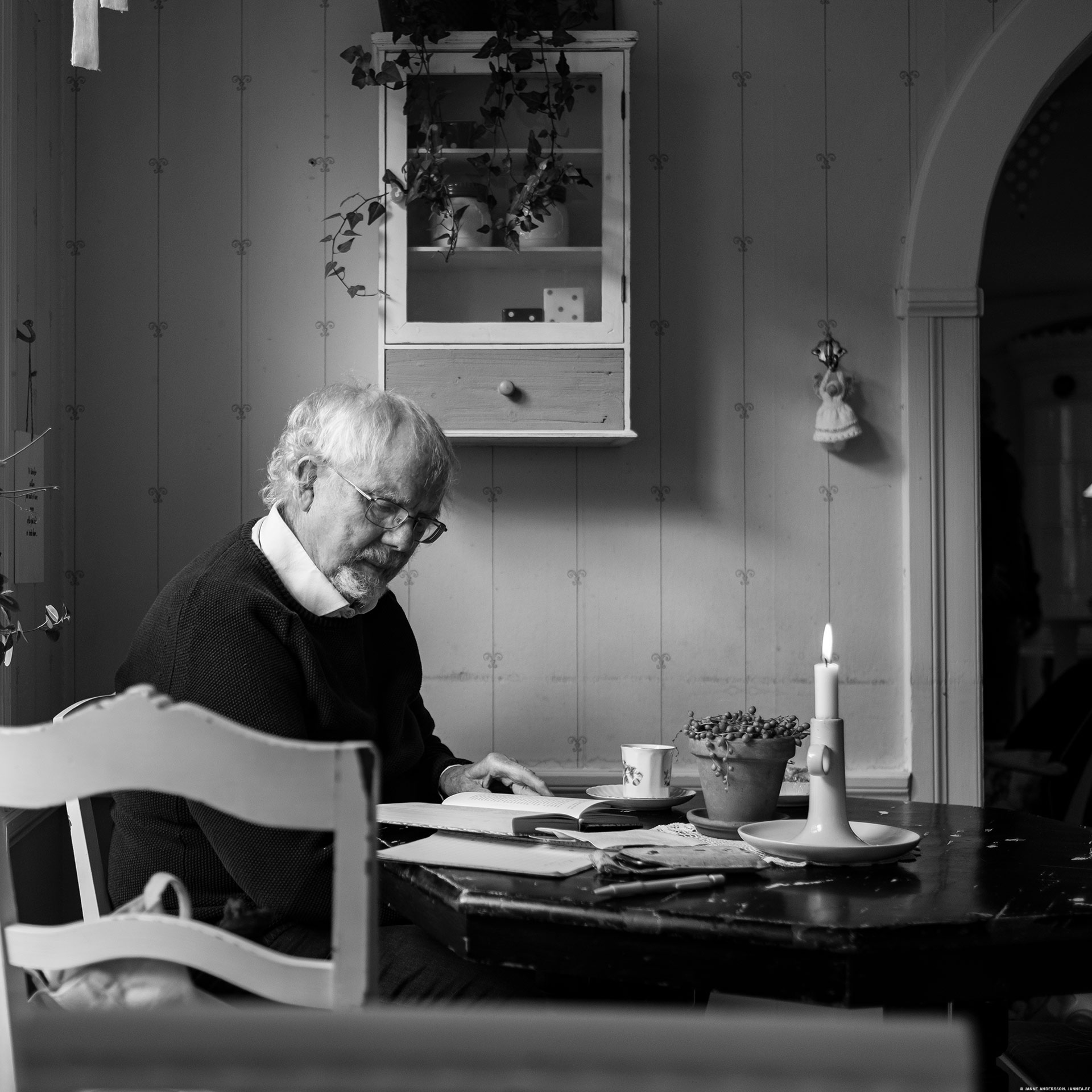Farbror läser bok på GK |© Janne A