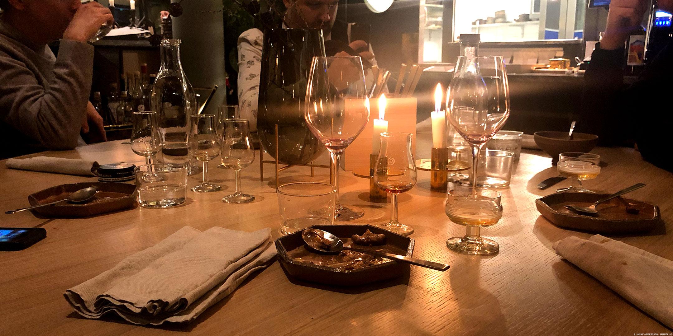 Herrklubben äter mat på Jord |© Janne A