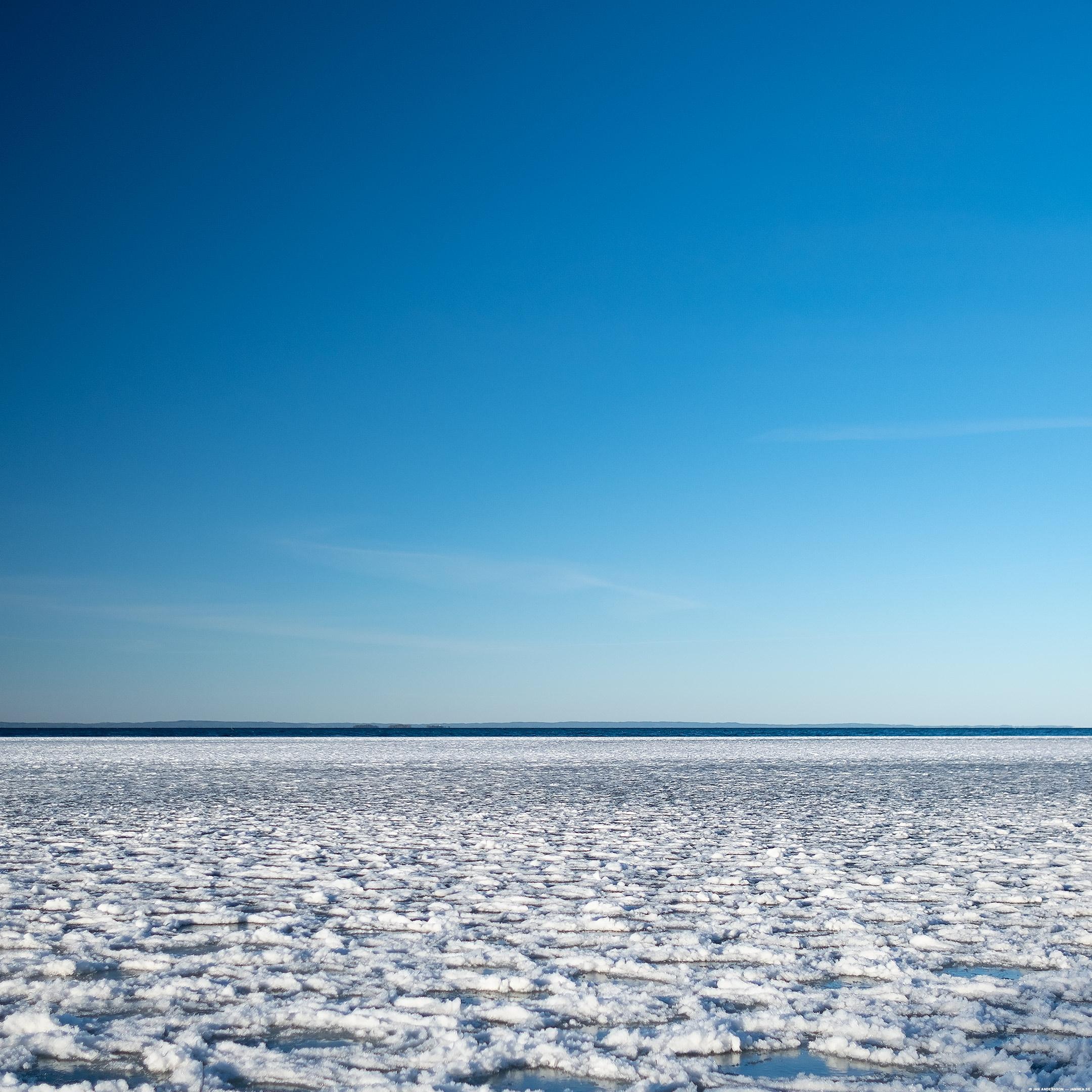 En isig sjö och en blå himmel |© Jan Andersson