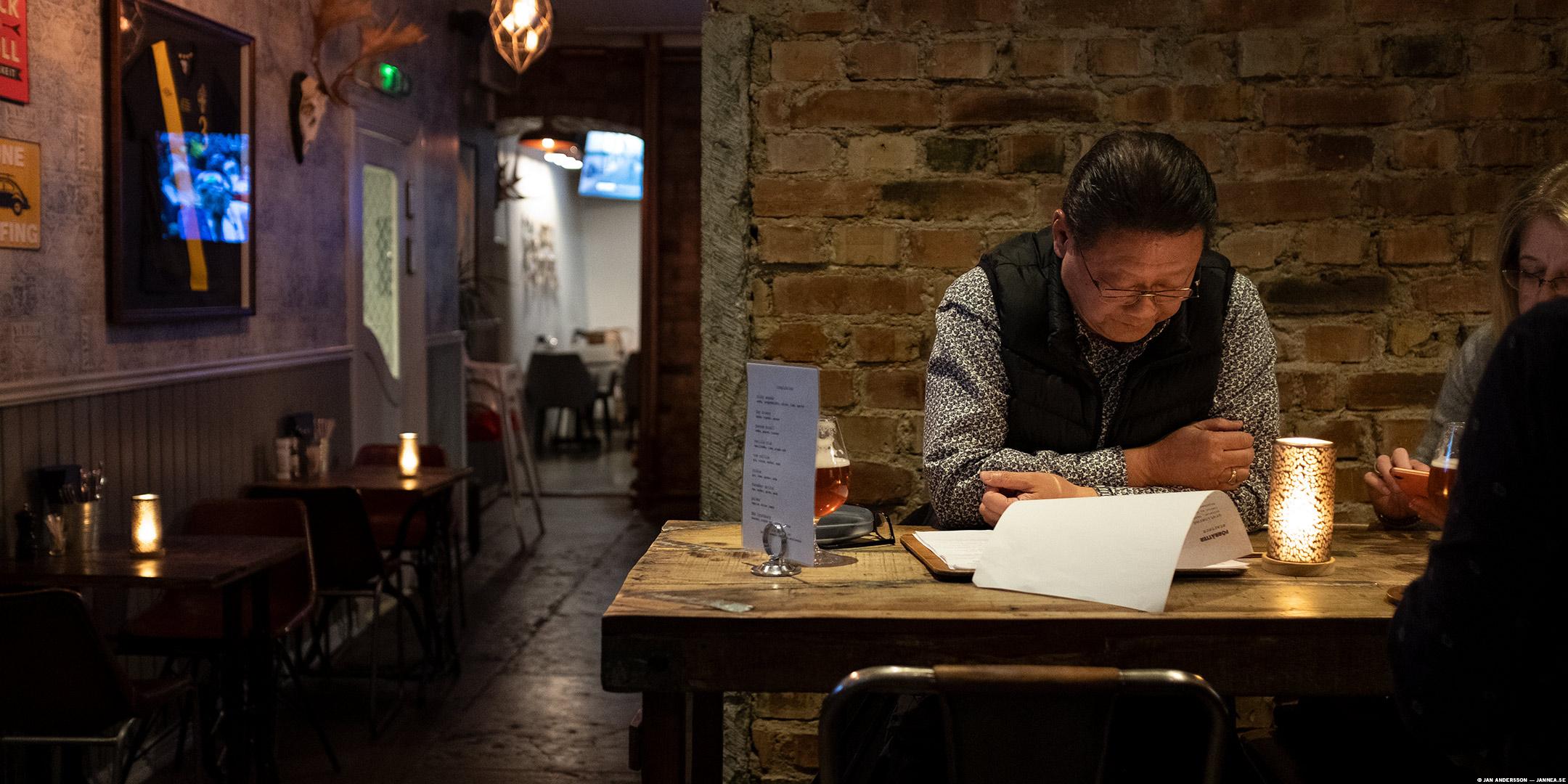 En japansk man kollar en meny | © Jan Andersson