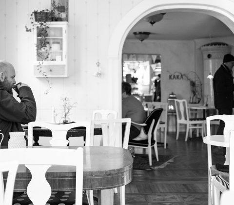 En man som tar sig en fika på GK | © Jan Andersson