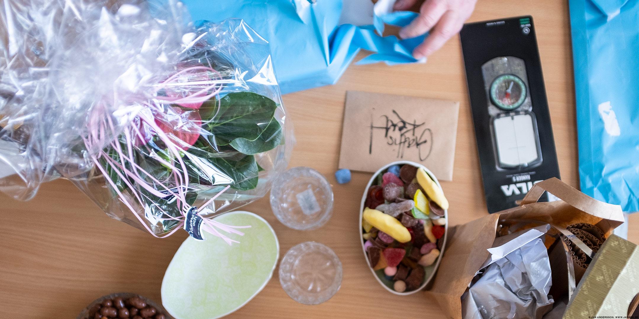 En födelsedagsbror och mat på fat |© Jan Andersson