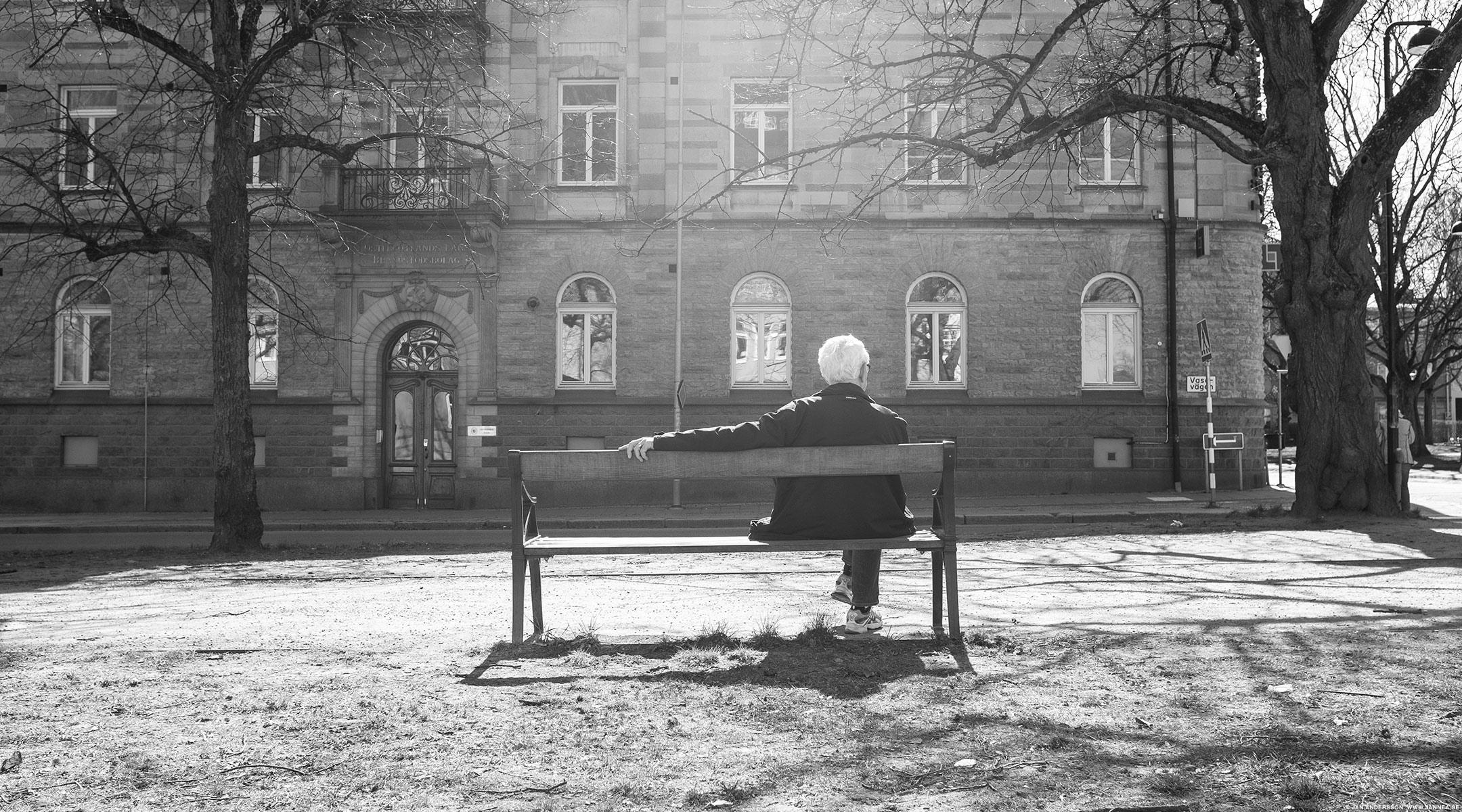 En gubbe på en bänk i solen |© Jan Andersson
