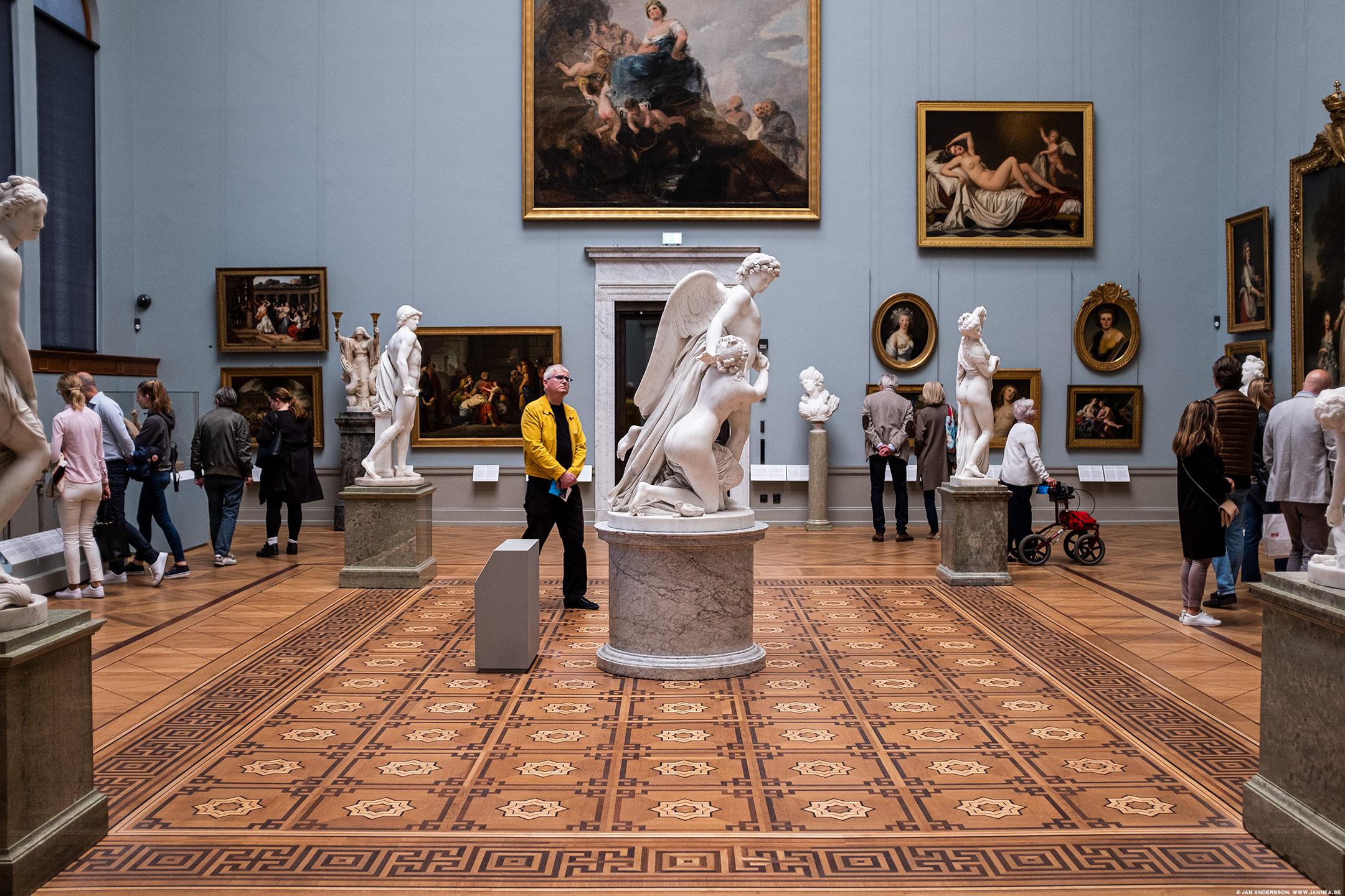En man kollar på staty, på Nationalmuseum 2019 |©Jan Andersson