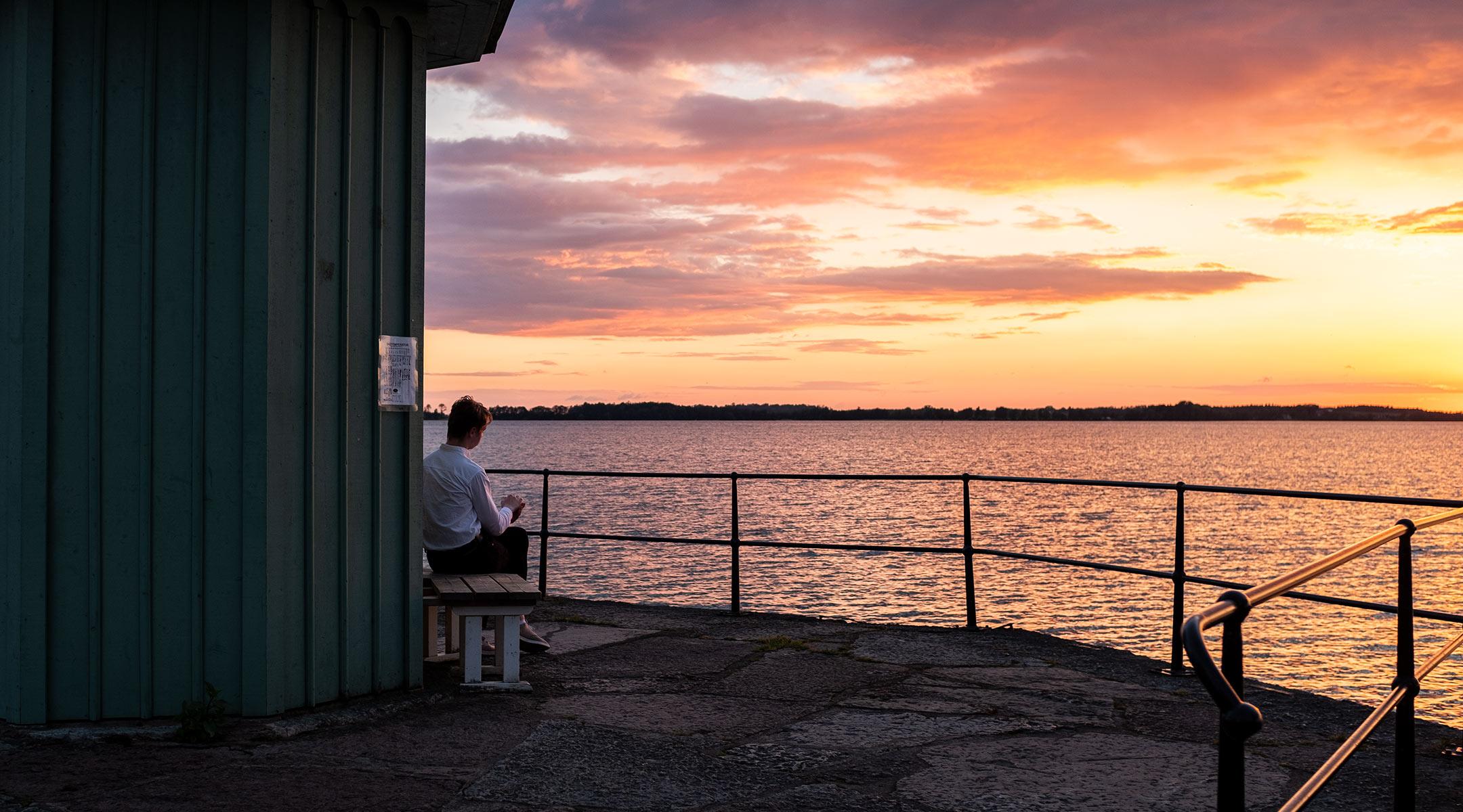Kille kollar på en solnedgång |©Jan Andersson