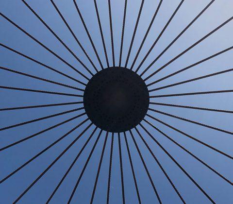 Under solen under konstverket på Stora Torget |©Jan Andersson
