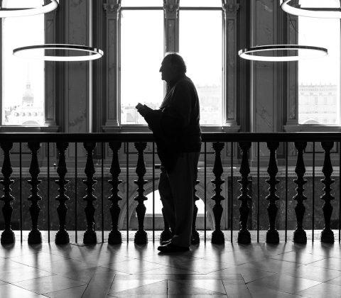 Gammal man med telefon på Nationalmuseum |©Jan Andersson