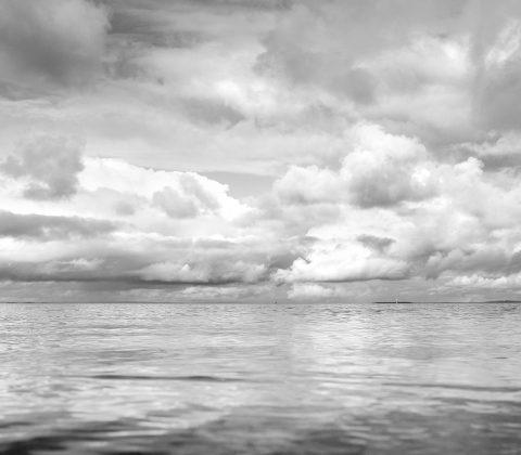 Dagens sjö ligger där den ligger och molnen hänger ovanför  © Jan Andersson