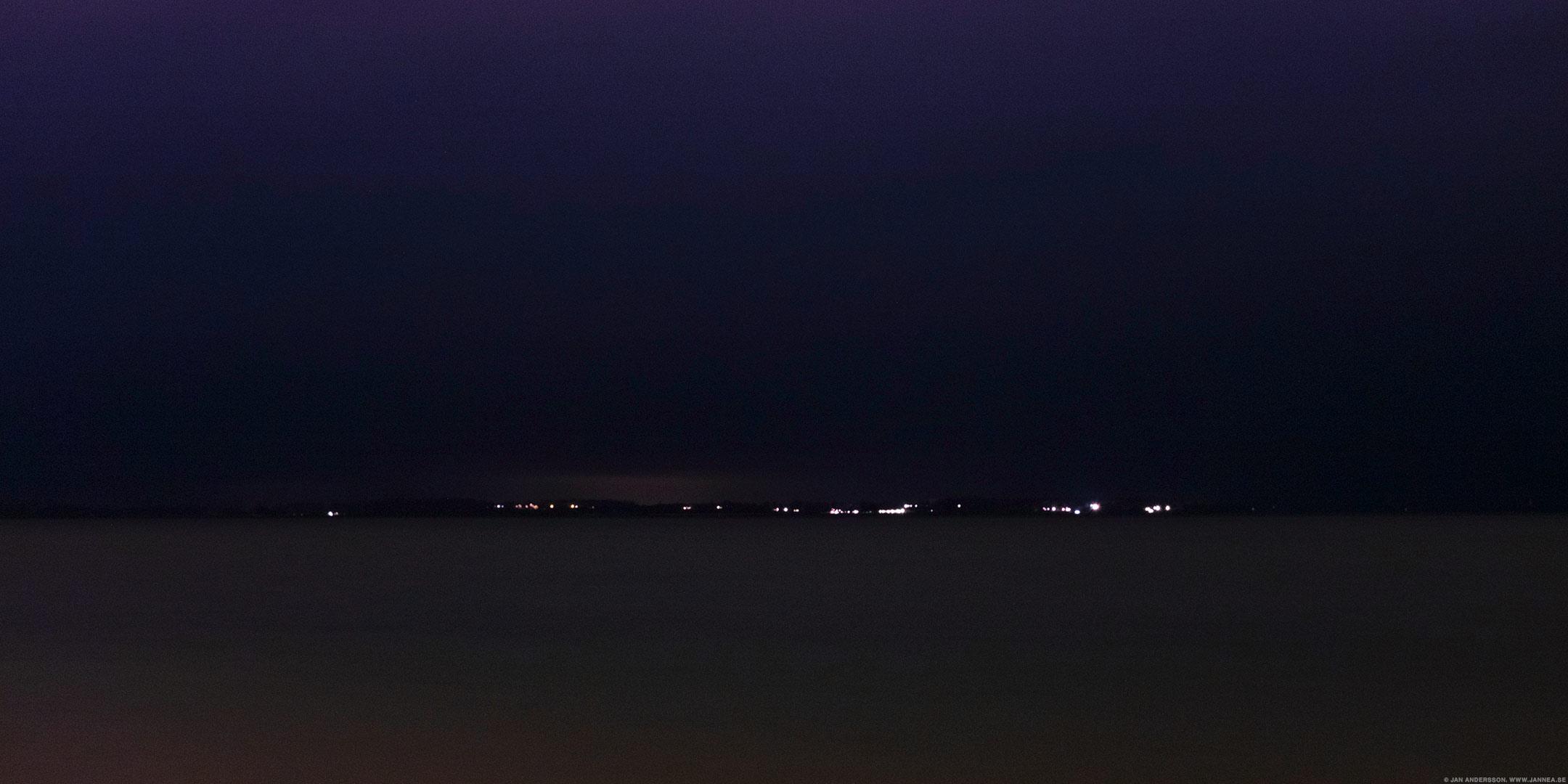Mitt i natten hör man ljud