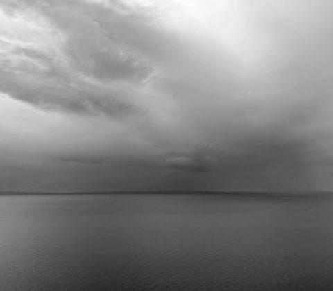 På andra sidan sjön är det grått, men här skiner solen!