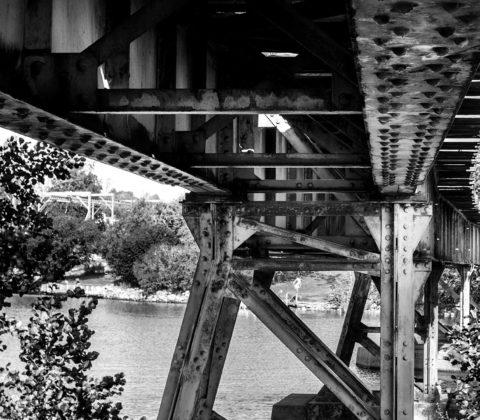 Under en bro i grannstaden