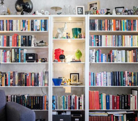 Jag har för mycket grejer (är bokhyllan en koloss av troféer?)
