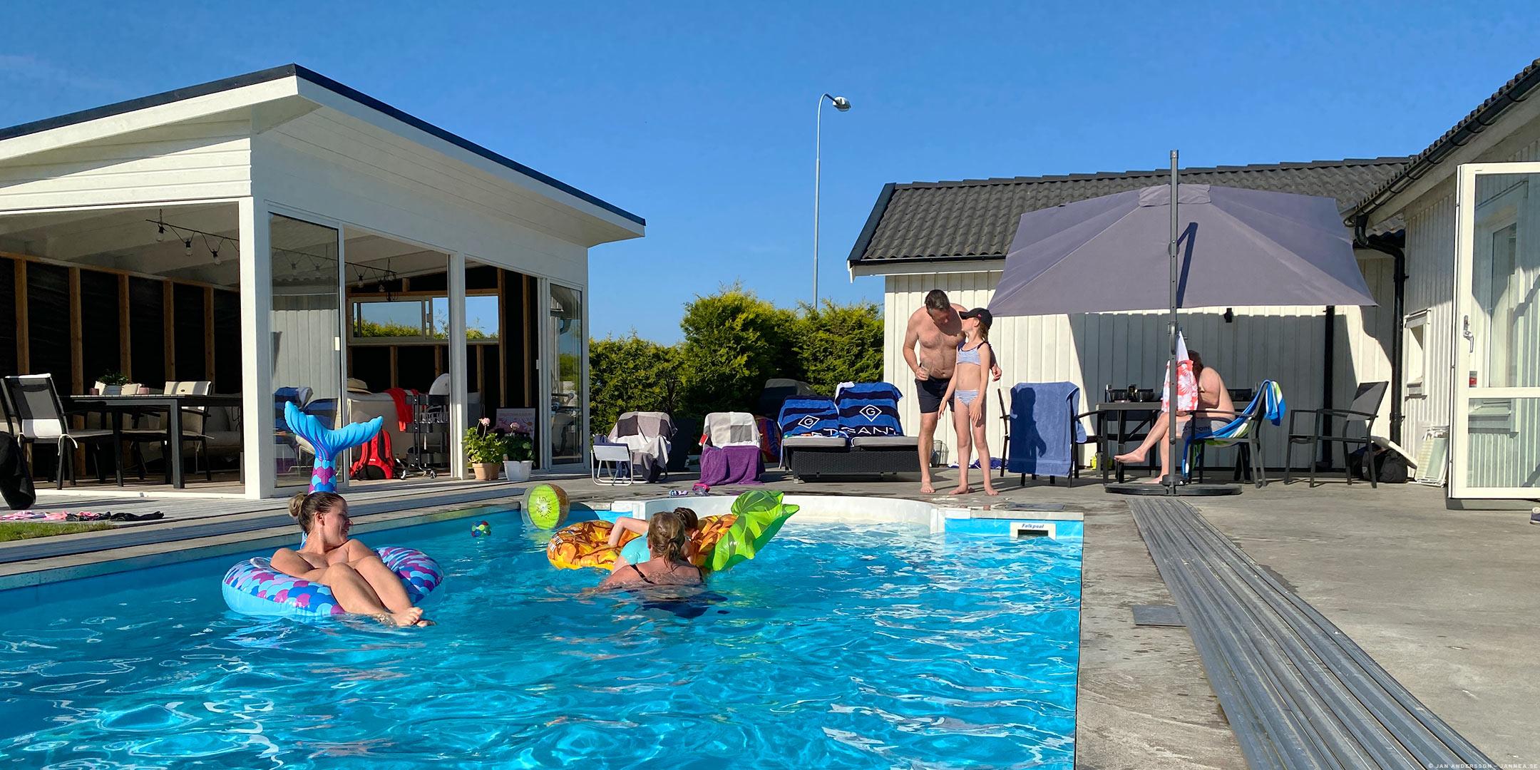 Solskenshäng runt en pool